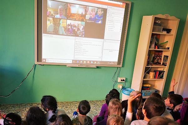 Schüler/innen bei Videokonferenz