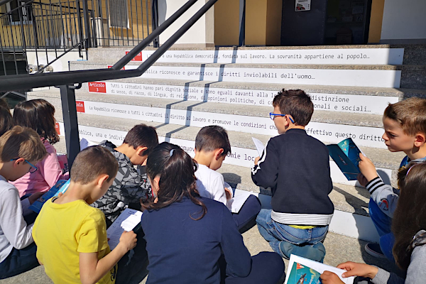 Schüler/innen an einer beschrifteten Treppe